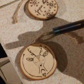 Marques-place en rondin de bois détournés en boules de noël