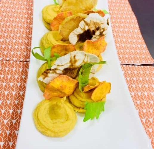 Houmous et chips de legumes
