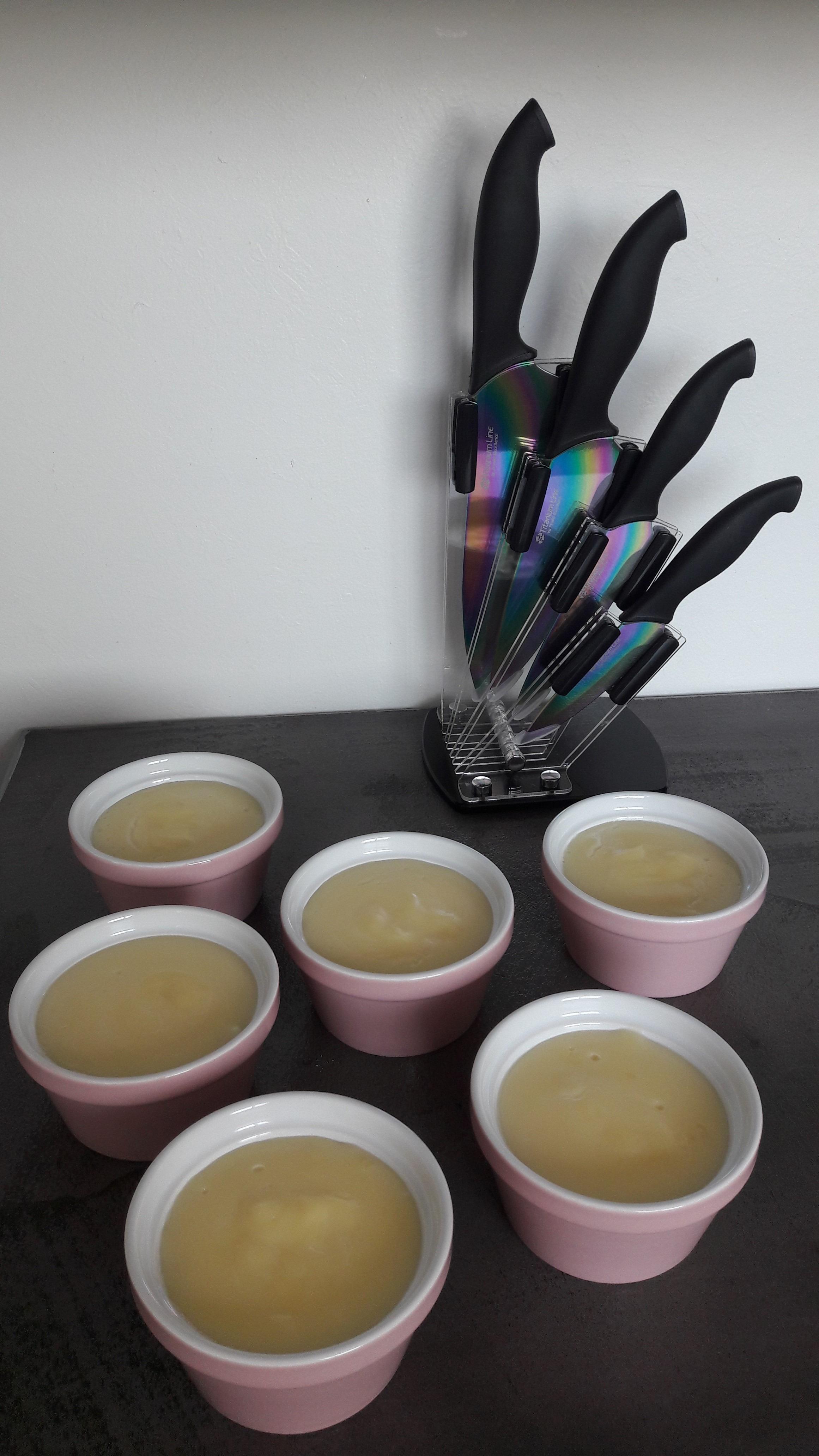 crèmes vanille dans ramequins roses Zodio et couteaux multicolores avec son support
