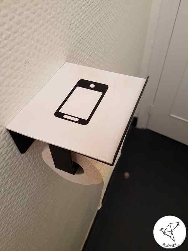 Personnalisation du dévidoir à papier toilette avec support de smartphone