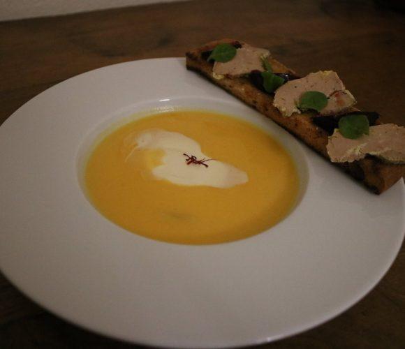 Velouté de butternut safrané de la Venelle du Moulin et sa mouillette de foie gras aux figues