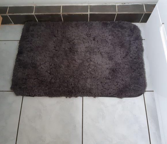 J'ai choisi pour mon père le tapis de bain tufté couleur zinc