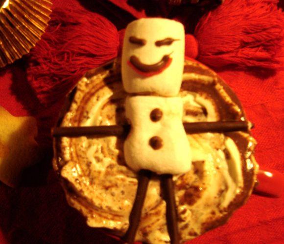 Chocolat chaud Trésor de Monbana recouvert de chantilly maison et agrémenté d'un coulis de caramel beurre salé Salidou