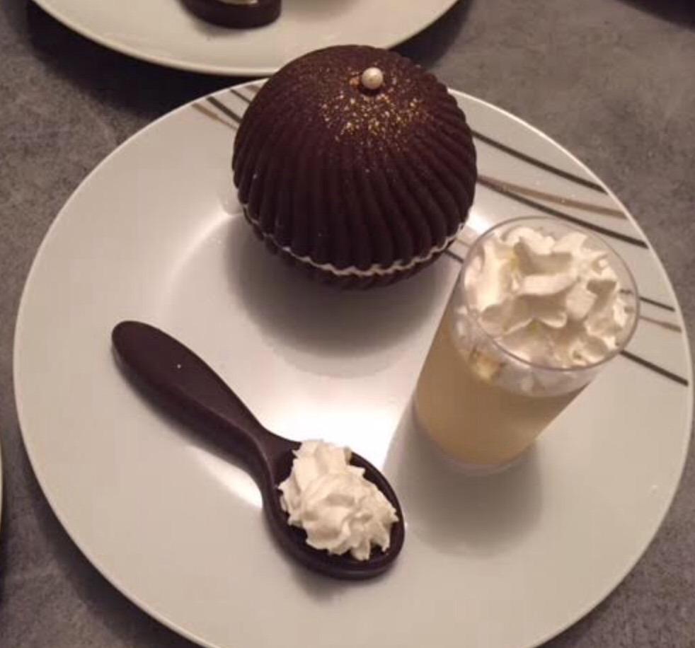 Sphère chocolat et sa crème anglaise