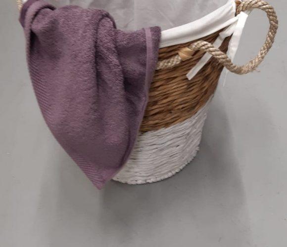 Mon panier à linge en corde sur fond blanc