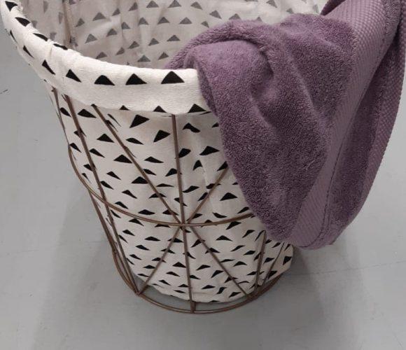Mon panier à linge à motifs triangles noirs sur fond blanc