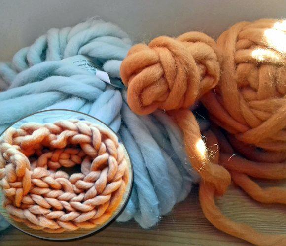 Un snood tricoté avec les bras