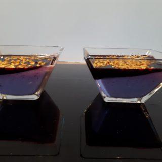 Panna cotta myrtille et coulis de cassis aux éclats de pistache