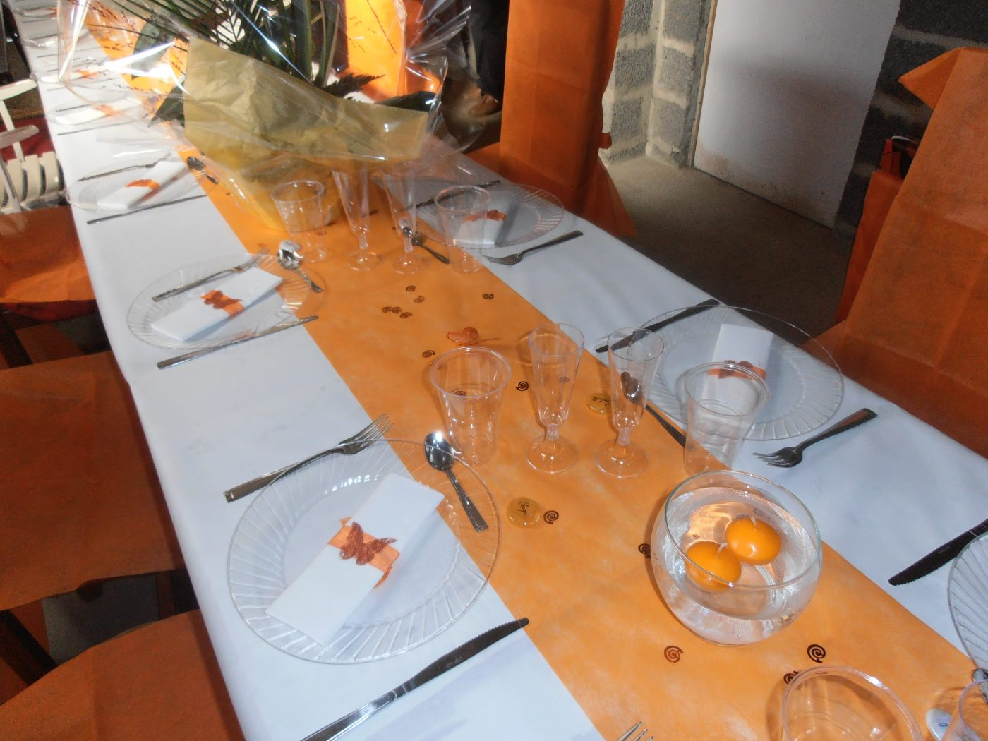 Décoration de table orange et ivoire