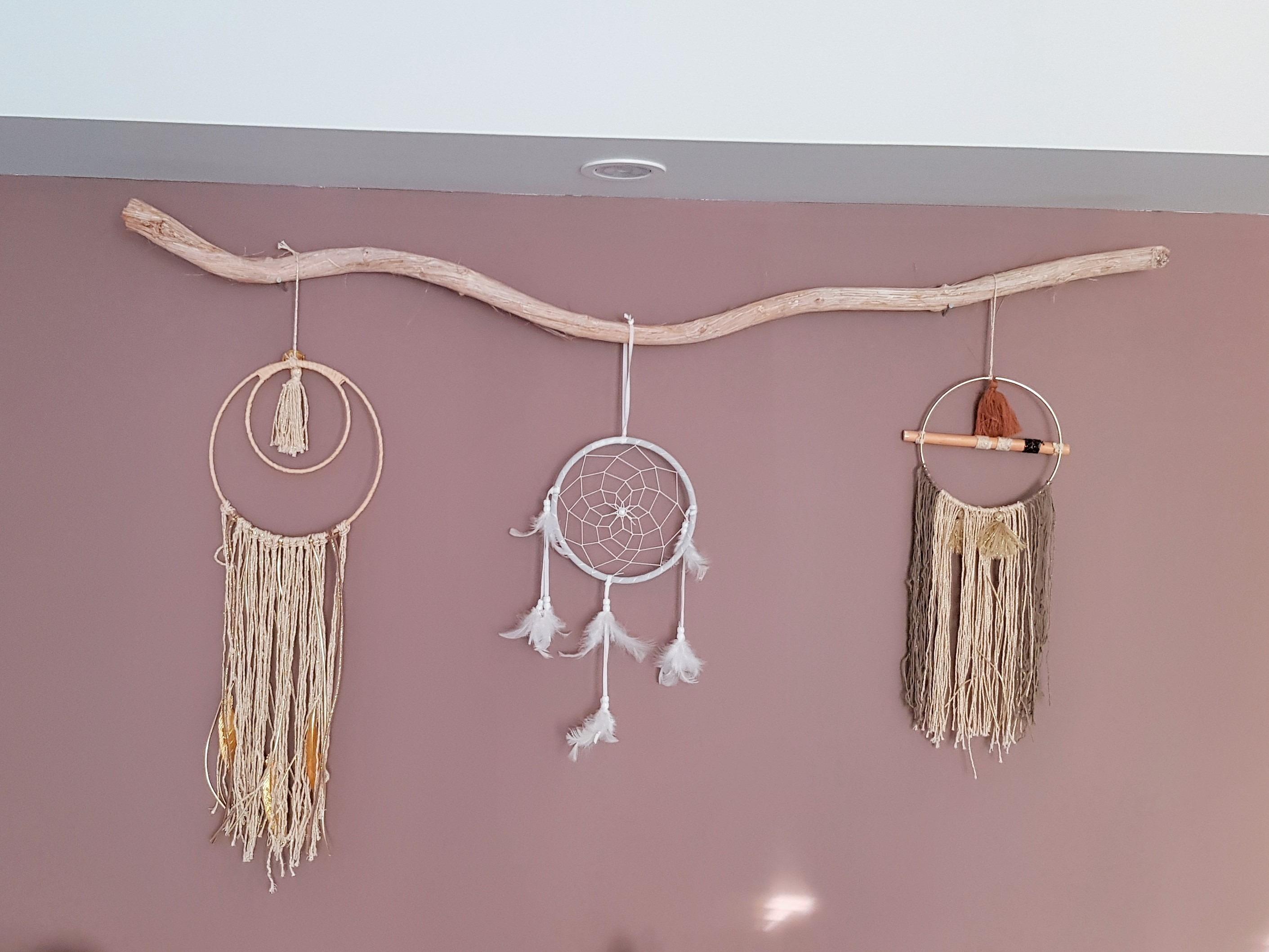 Branche en bois utilisée en support attrape rêves