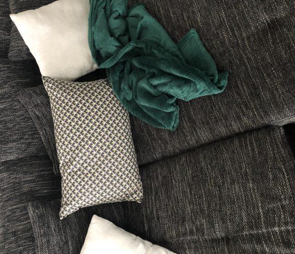 Touche de vert et or sur le canapé
