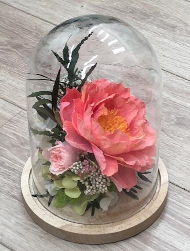 Composition florale en papier crépon sous cloche