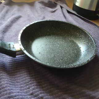 J'ai testé pour vous la poêle alu stoneline particules Pierre 20cm