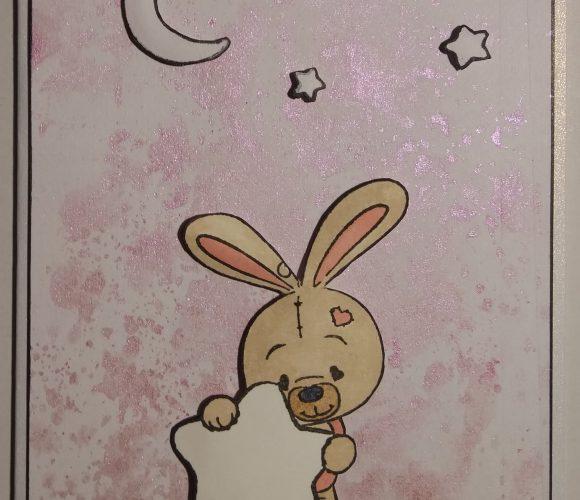 Carte naissance lapin sur fond peinture rose métallisée
