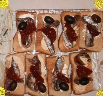 Toast aux anchois tomates séchées & olives noires