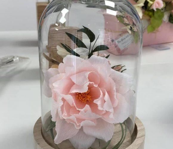Création d'une cloche en verre avec une fleur en papier crépon