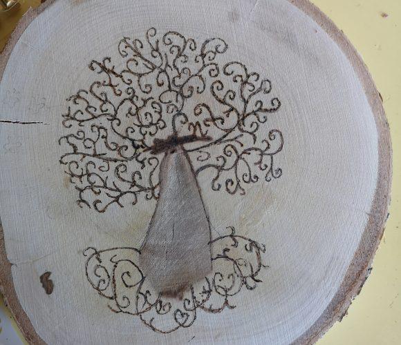 Pyrogravure sur rondin de bois