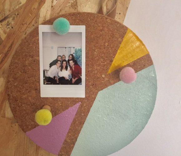Pèle-mêle photo en liège avec un dessous de plat détourné !