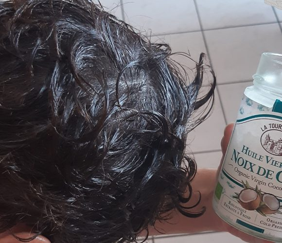 Huile noix de coco   –  Astuce : cheveux soyeux !!