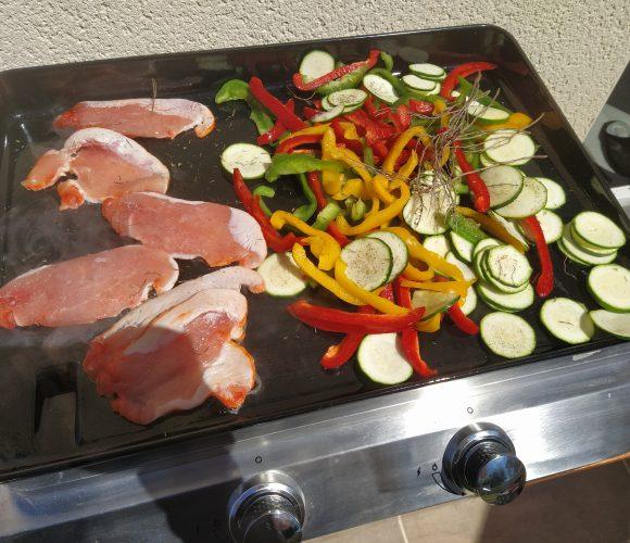 Plancha de poulet mariné aux citrons et aux épices et légumes du soleil