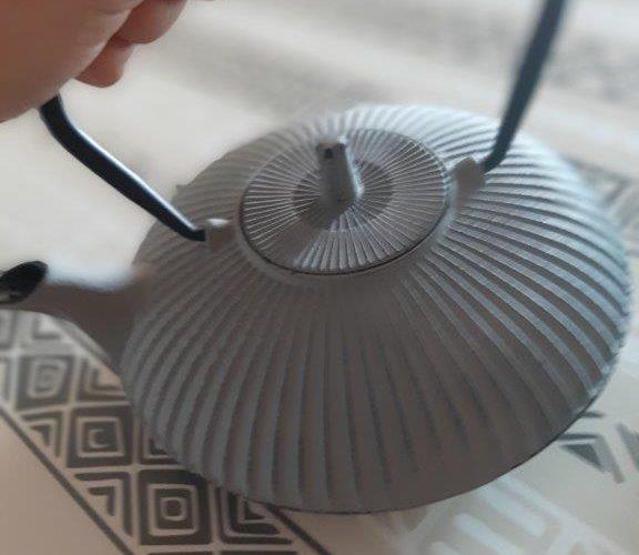 Théière plate en fonte, gris/marron, sublimez vos thés !