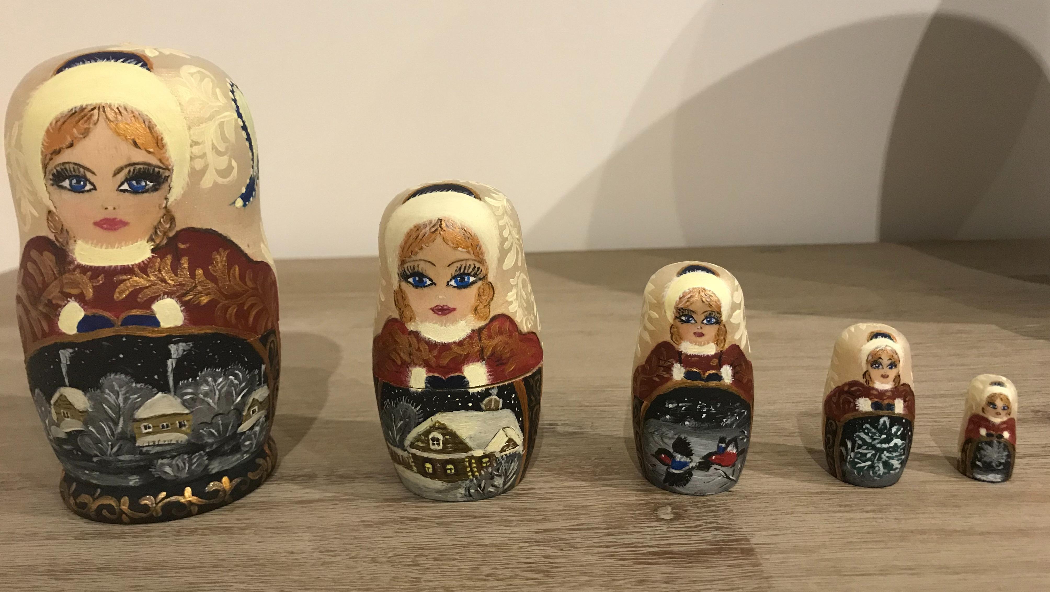 Poupée russe fait main. l'article des 5 poupées nues acheté chez ZODIO