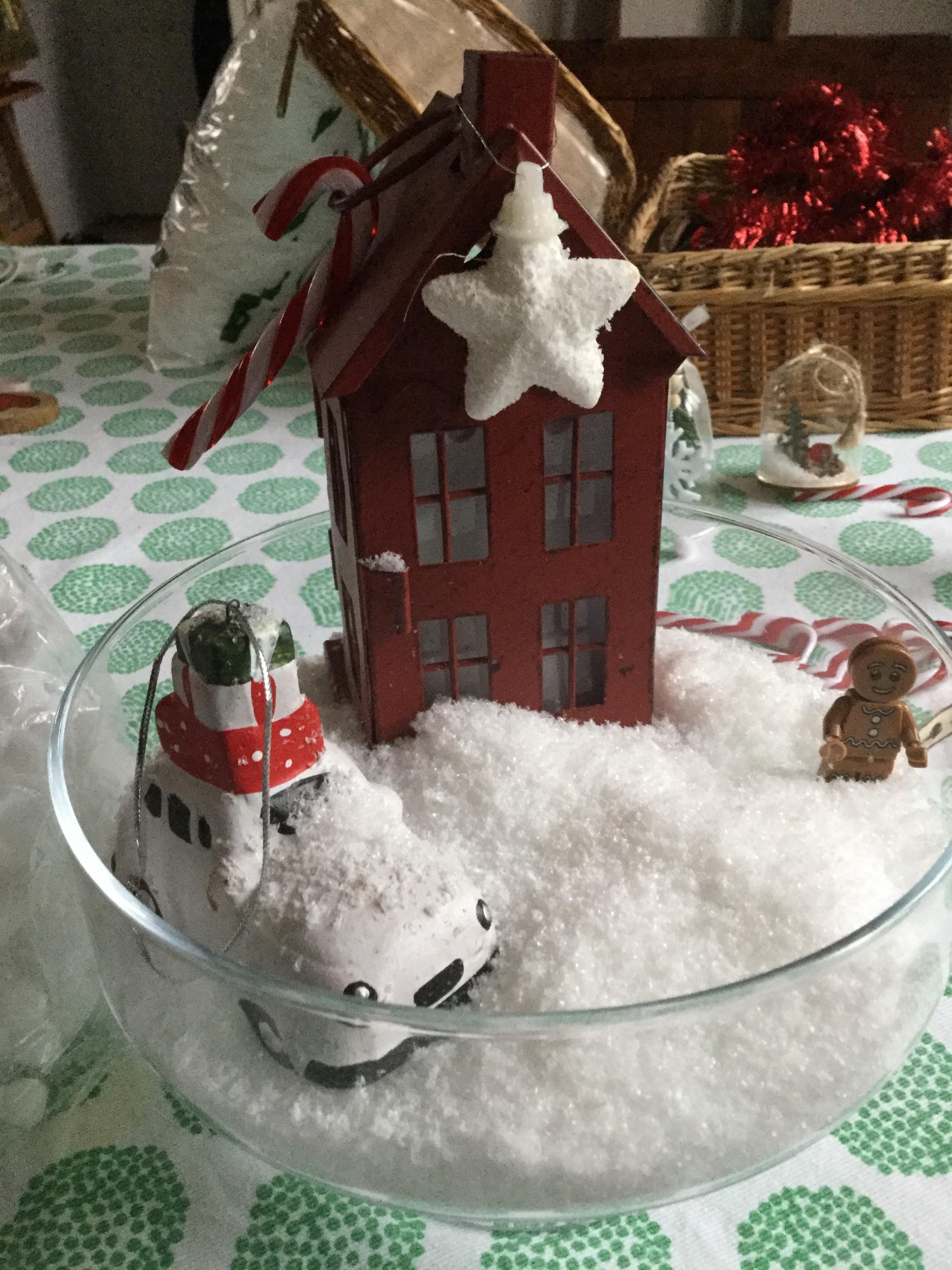 Plat arrondie en verre Zodio pour une deco de poudre de neige avec une petite voiture Zodio enneigée