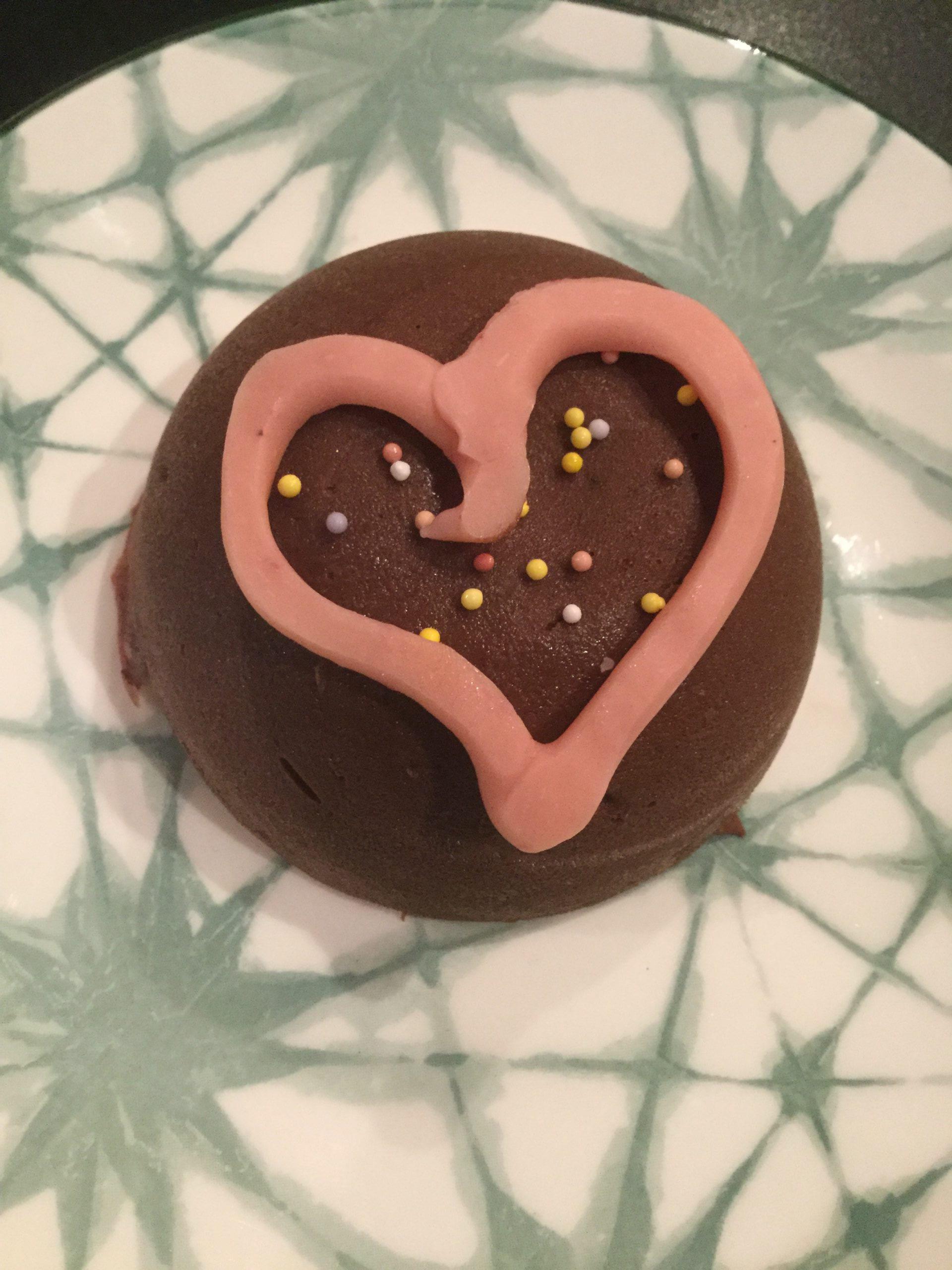 Fondant chocolat marron dans moules sphère et cœur chocolat blanc