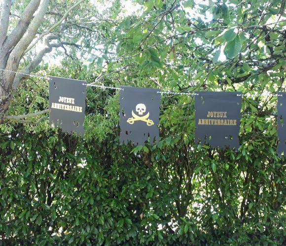 J'ai testé pour vous la Guirlande fanions Joyeux Anniversaire Pirate noire or 1,50m
