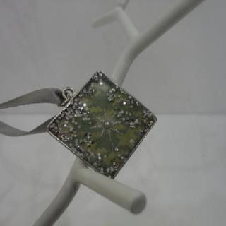 J'ai créé un cadeau DIY pour ma petite cousine Olivia  : des bijoux fantaisie en résine ...