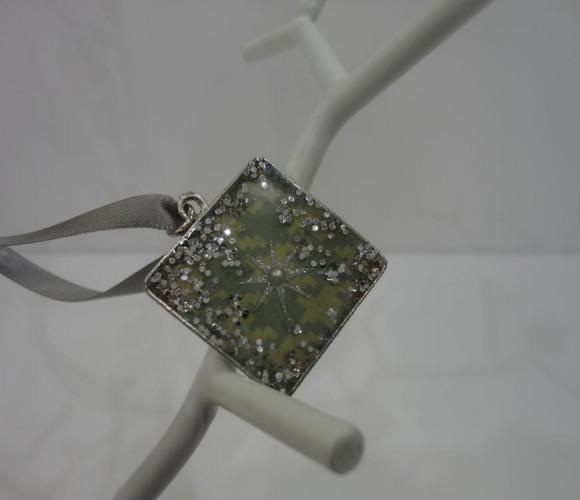 J'ai créé un cadeau DIY pour ma petite cousine Olivia  : des bijoux fantaisie en résine …