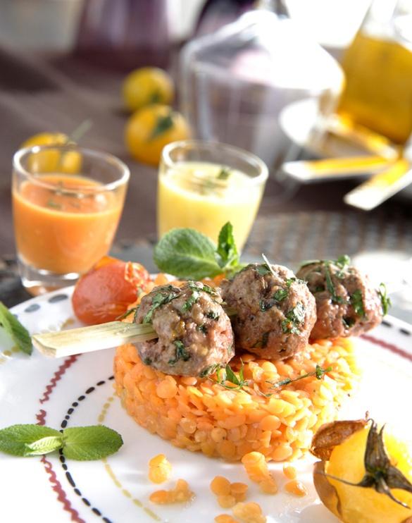 Boulettes de bœuf épicées aux herbes, coulis de tomates cerises et pilaf de lentille corail au paprika