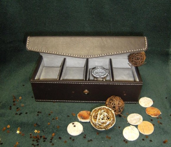 Pour Noël, j'ai choisi pour mon parrain Une boîte à montres en similicuir chocolat