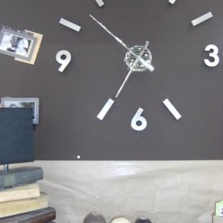 Une grande horloge à composer