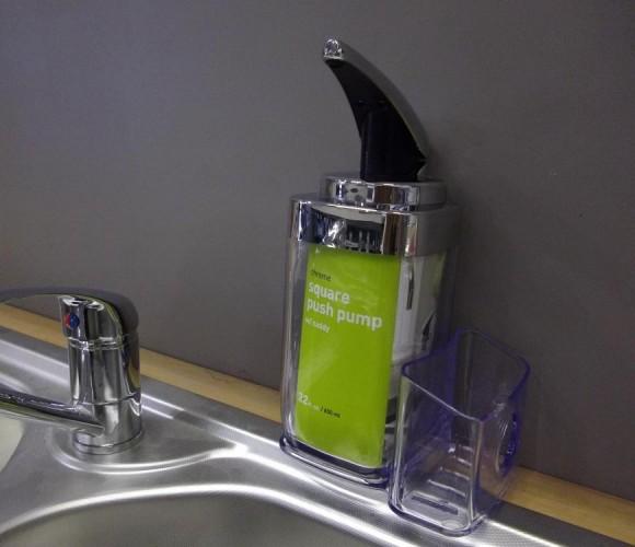 Le distributeur de savon/support éponge