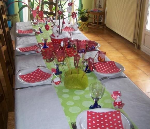 ma deco de table pour pâques 2011 ( le rouge et blanc petit pois)