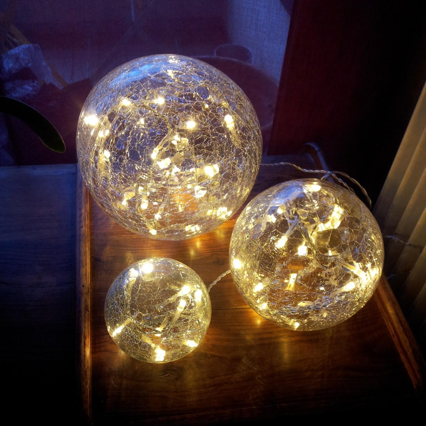 j 39 ai choisi pour d corer mon int rieur le luminaire 3 globes en verre craquel blog z dio. Black Bedroom Furniture Sets. Home Design Ideas