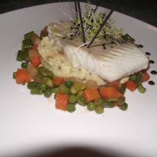Un plat: Filet de Lieu, petite jardinière au salidou et ecrasée de rattes et artichaud à la moutarde à l'ancienne