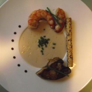 Une entrée: foie gras et gambas au velouté de coco