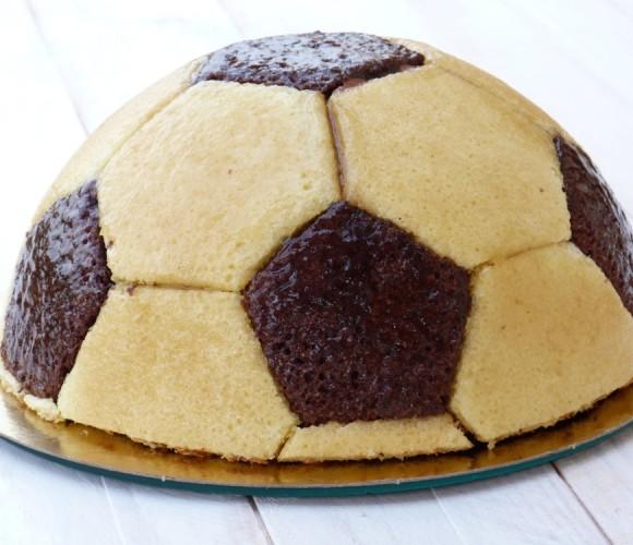 Gâteau d'anniversaire ballon de foot, mousses chocolat noir et blanc