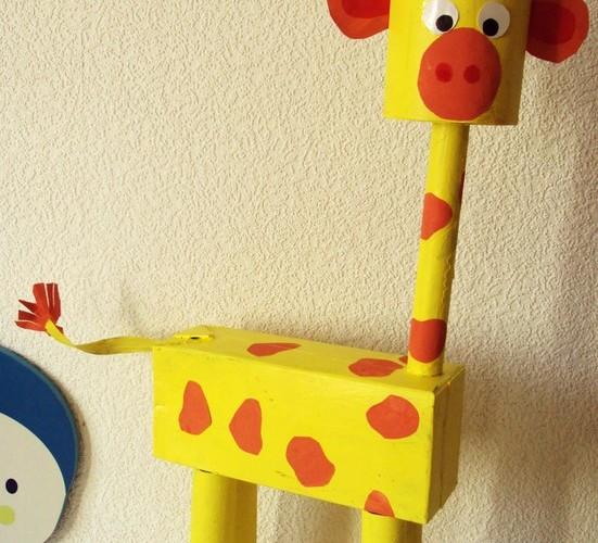Une girafe réalisée avec des boîtes et des rouleaux