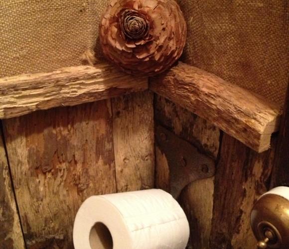 La cabane au fond du jardin ! Marrant les toilettes !