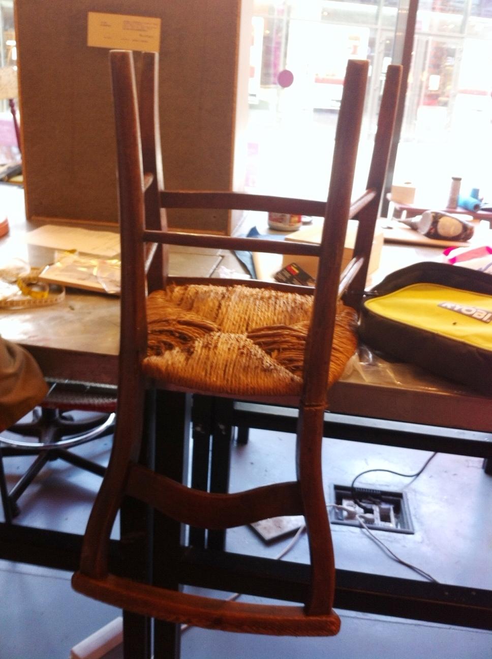 d tournons ensemble une chaise en porte serviettes blog z dio. Black Bedroom Furniture Sets. Home Design Ideas
