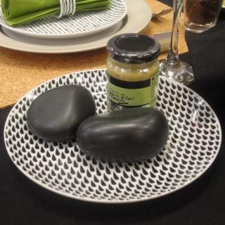 Table simple house pour un d ner entre amis autour du for Recevoir des amis a diner