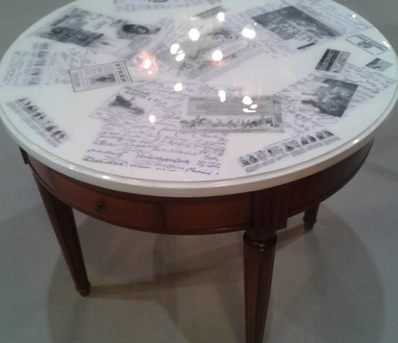Beaucoup de souvenirs, un peu de résine et un nouveau look pour la table du salon !