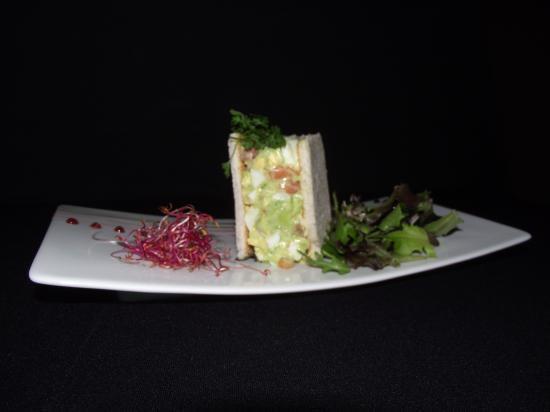 Une entrée : tartare d'avocat saumon facon club sandwich